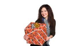 Mädchen mit dem lockigen Haar mit einem großen Geschenk lizenzfreie stockfotos