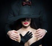 Mädchen mit dem Mann bewaffnet auf ihren Schultern Stockbilder