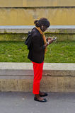 Mädchen mit dem Mobiltelefon- und Kopfhörerhören stockbild