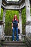 Mädchen mit dem roten Haar, das den Abstand untersucht Stockbilder