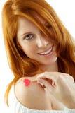 Mädchen mit dem roten Haar, das ein Inneres anhält Lizenzfreie Stockfotos