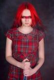 Mädchen mit dem roten Haar und einer Klinge stockfotos