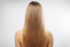 Mädchen mit dem schönen geraden Haar lizenzfreie stockbilder