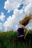 Mädchen mit dem schönen Haar in der herrlichen grünen Wiese Stockbild