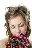 Mädchen mit dem schönen Haar mit Chrysantheme stockfotos