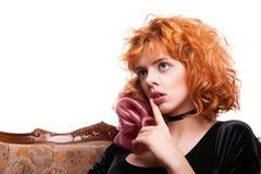 Mädchen mit dem roten Haar, das eine Stillegeste macht Lizenzfreie Stockbilder