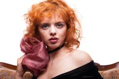 Mädchen mit dem roten Haar, rosa Bogen über Weiß Lizenzfreie Stockfotografie