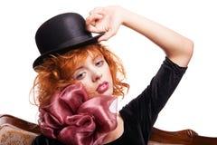 Mädchen mit dem roten Haar, rosa Bogen über Weiß Stockbild