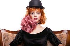 Mädchen mit dem roten Haar, rosa Bogen über Weiß Lizenzfreies Stockbild