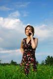 Mädchen mit dem Telefon Stockbild