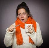 Mädchen mit dem Thermometer ist kranke Grippe Lizenzfreies Stockbild