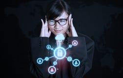 Mädchen mit dem Verschlussdownloadnetz futuristisch Stockbilder