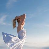 Mädchen mit den Armen hob auf Hintergrund von Meer an Lizenzfreies Stockfoto