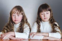 Mädchen mit den Augen geschlossen Stockfotos