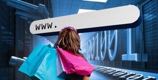 Mädchen mit den Einkaufstaschen, die Adresszeile betrachten Stockfotos