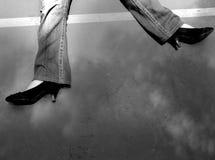Mädchen mit den Fersen, die auf dem Boden liegen Lizenzfreies Stockfoto
