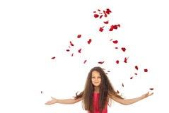 Mädchen mit den Flugwesenblumenblättern stockfoto
