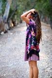Mädchen mit den Händen im Haar auf einem Weg Lizenzfreies Stockfoto