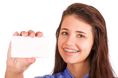 Mädchen mit den Klammern, die Visitenkarte vorlegen lizenzfreie stockfotografie