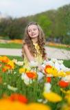 Mädchen mit den orange und gelben Mohnblumen Stockfoto
