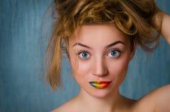 Mädchen mit den Regenbogenlippen lizenzfreie stockbilder