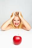 Mädchen mit den roten Lippen und einem roten Apfel Stockbilder