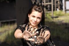 Mädchen mit den schmutzigen Händen Stockbild