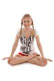 Mädchen mit den Zöpfen, die Yoga tun Stockfotos