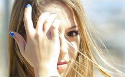 Mädchen mit denkendem Blick - versanden Sie Gesicht eine junge italienische Frau Stockfotos