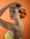 Mädchen mit der Blumenaufstellung Lizenzfreies Stockbild