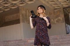 Mädchen mit der Digitalkamera Stockbilder