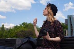 Mädchen mit der Digitalkamera Stockfotos