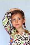 Mädchen mit der Hand auf Kopf Lizenzfreie Stockbilder