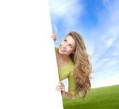 Mädchen mit der leeren Fahne Perfekter Raum, zum irgendeines Textes zu setzen Lizenzfreies Stockbild