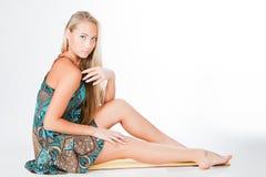 Mädchen mit der schönen Beinaufstellung lokalisiert Stockfotos