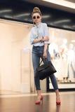 Mädchen mit der Sonnenbrille, die im Mall possing ist Lizenzfreies Stockbild