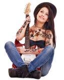 Mädchen mit der Tätowierung, die Gitarre spielt. Lizenzfreies Stockbild