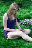 Mädchen mit der Tablette stockbilder