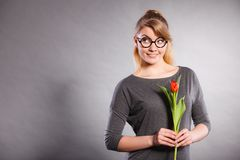 Mädchen mit der Tulpe voll vom Hoffnungsträumen Stockbild