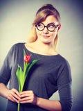 Mädchen mit der Tulpe voll vom Hoffnungsträumen Stockfoto