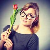 Mädchen mit der Tulpe voll vom Hoffnungsträumen Stockfotografie
