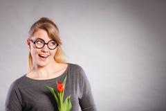 Mädchen mit der Tulpe voll vom Hoffnungsträumen Stockbilder