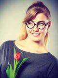 Mädchen mit der Tulpe voll vom Hoffnungsträumen Lizenzfreies Stockfoto