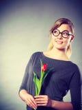 Mädchen mit der Tulpe voll vom Hoffnungsträumen Lizenzfreie Stockfotografie