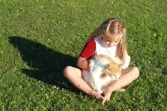 Mädchen mit der unterbrochener Hand und Katze Stockbilder