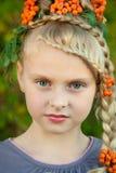 Mädchen mit Eberesche Stockfotografie