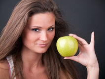 Mädchen mit einem Apfel Lizenzfreies Stockbild