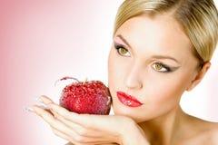 Mädchen mit einem Apfel Lizenzfreies Stockfoto
