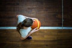 Mädchen mit einem Ball lizenzfreie stockfotos