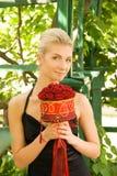 Mädchen mit einem Blumenstrauß Lizenzfreie Stockfotos